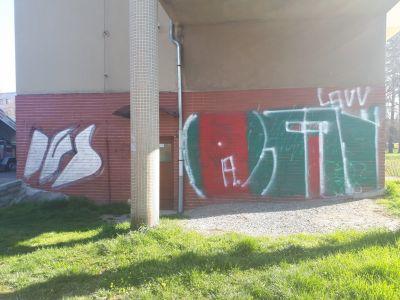1 odstraneni graffiti z keramickeho obkladu fasady v Hradci Kralove