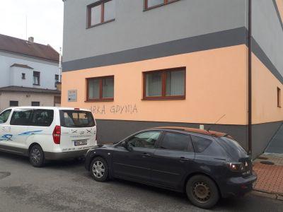 1 odstraneni graffiti z probarvene omitky v usti nad Orlici