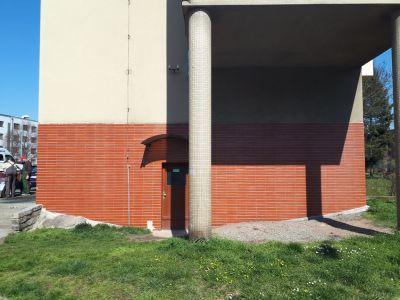 2 odstraneni graffiti z keramickeho obkladu fasady v Hradci Kralove
