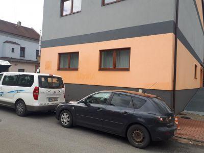 2 odstraneni graffiti z probarvene omitky v usti nad Orlici